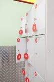Los estantes del guardarropa fotografía de archivo libre de regalías