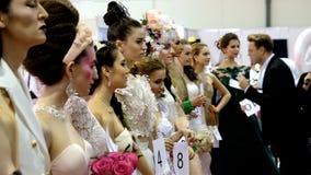 Los estilistas participan en la competencia del maquillaje de la boda almacen de metraje de vídeo