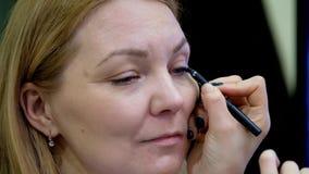 Los estilistas participan en la competencia del maquillaje de la boda metrajes