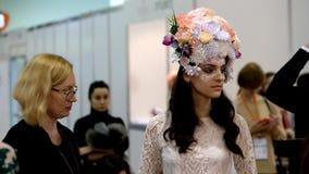 Los estilistas participan en la competencia del maquillaje de la boda almacen de video