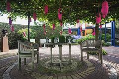 Los estorbos del rosa llenaron de las flores y de las manzanas colgadas en un árbol al deco Imagen de archivo libre de regalías