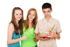 Los estudiantes, amigos, leyeron un libro Foto de archivo libre de regalías