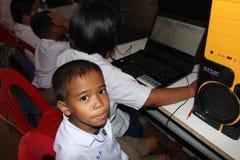 Los estudiantes asiáticos están utilizando el programa de computadora fotografía de archivo libre de regalías