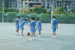 Los estudiantes chinos están jugando a baloncesto Imagen de archivo libre de regalías