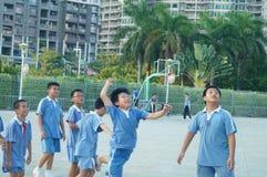 Los estudiantes chinos están jugando a baloncesto Fotos de archivo