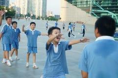 Los estudiantes chinos están jugando a baloncesto Imagenes de archivo
