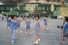 Los estudiantes chinos están jugando a baloncesto Foto de archivo libre de regalías