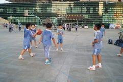 Los estudiantes chinos están jugando a baloncesto Imagen de archivo