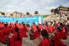 Los estudiantes chinos y extranjeros con una bendición del hanfu recolectaron en la torre de reloj en la ceremonia Fotografía de archivo libre de regalías
