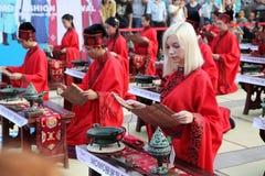 Los estudiantes chinos y extranjeros con una bendición del hanfu recolectaron en la torre de reloj en la ceremonia Foto de archivo