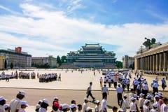 Los estudiantes coreanos que caminan al cuadrado de Kim Il Sung Foto de archivo libre de regalías