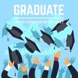 Los estudiantes de diplomado de High School secundaria lanzan los casquillos negros de la graduación para arriba en el ejemplo de Imagenes de archivo