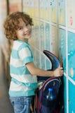 Los estudiantes de la escuela primaria que colocan los armarios cercanos en vestíbulo imágenes de archivo libres de regalías