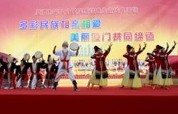 Los estudiantes de la escuela secundaria de Xinjiang en la ciudad de Xiamen realizan danza del uighur Imagen de archivo