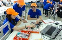 Los estudiantes de la universidad muestran componentes electrónicos Imágenes de archivo libres de regalías
