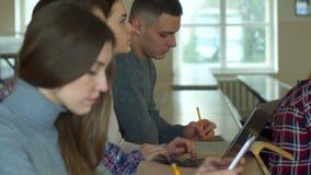 Los estudiantes escuchan la conferencia almacen de video