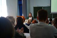 Los estudiantes escuchan la conferencia, visión desde la parte posterior fotos de archivo