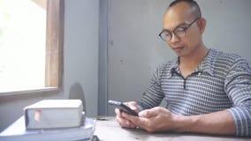 Los estudiantes están utilizando un smartphone metrajes