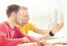 Los estudiantes felices toman una imagen del selfie en una lección Foto de archivo libre de regalías