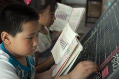 Los estudiantes hacen la matemáticas en la pizarra  Fotos de archivo libres de regalías