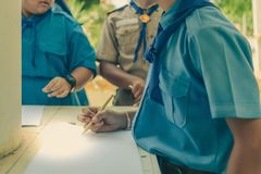 Los estudiantes intentan a extraer adornos tailandeses de arquitectura tailandesa en th Imagen de archivo libre de regalías