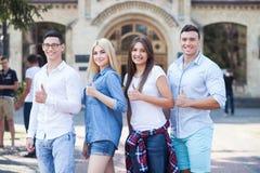 Los estudiantes jovenes atractivos están expresando el positivo fotos de archivo libres de regalías