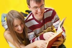 Los estudiantes leyeron los libros Imágenes de archivo libres de regalías