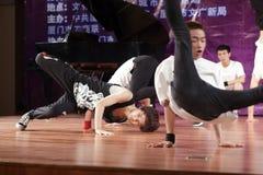 Los estudiantes masculinos jovenes realizan danza de la calle Foto de archivo libre de regalías