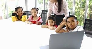 Los estudiantes miran la lección suplementaria del cuaderno metrajes