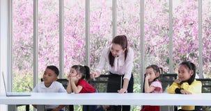 Los estudiantes miran la lecci?n suplementaria del cuaderno almacen de video