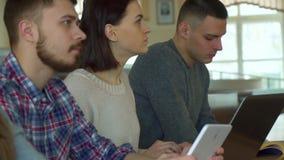 Los estudiantes observan la conferencia en diversos artilugios metrajes