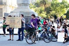 Los estudiantes obstruyen tráfico de camino Fotografía de archivo libre de regalías