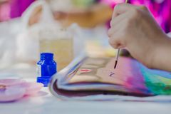 Los estudiantes practican el pintar del paisaje usando colores de cartel Fotos de archivo libres de regalías