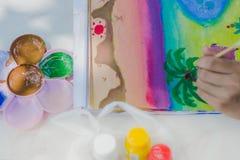 Los estudiantes practican el pintar del paisaje usando colores de cartel Imágenes de archivo libres de regalías