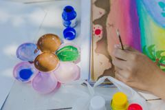 Los estudiantes practican el pintar del paisaje usando colores de cartel Fotos de archivo