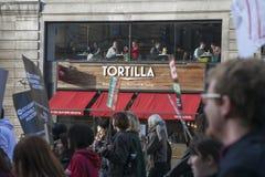 Los estudiantes protestan contra tarifas y los cortes y deuda en Londres central Imagen de archivo libre de regalías