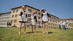 Los estudiantes rusos gradúan el baile en el día de la graduación a partir de años escolares metrajes
