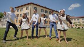 Los estudiantes rusos gradúan el baile en el día de la graduación a partir de años escolares almacen de video