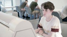 Los estudiantes se están preparando para los exámenes en la universidad almacen de video