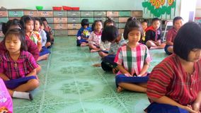 Los estudiantes se están preparando para meditar