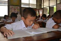Los estudiantes son estudio en sitio de clase Imagen de archivo libre de regalías