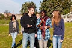 Los estudiantes universitarios encendido se relajan Fotos de archivo