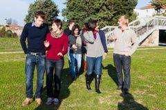 Los estudiantes universitarios encendido se relajan Fotografía de archivo libre de regalías