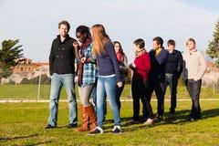 Los estudiantes universitarios encendido se relajan Foto de archivo libre de regalías