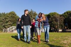 Los estudiantes universitarios encendido se relajan Imagenes de archivo