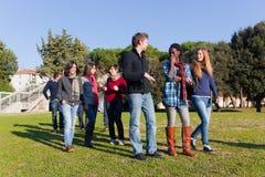 Los estudiantes universitarios encendido se relajan Imagen de archivo