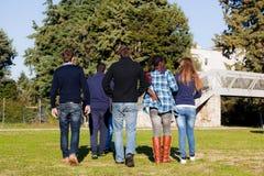 Los estudiantes universitarios encendido se relajan Fotografía de archivo