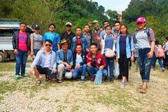 Los estudiantes van en viaje del estudio en la ciudad de Vang Vieng, Laos Imagenes de archivo