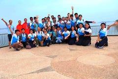 Los estudiantes van en viaje del estudio en la presa numérica de Ngum, Laos Imagenes de archivo