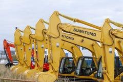 Los excavadores de Sumitomo del amarillo se alinean en una sola línea fotografía de archivo libre de regalías